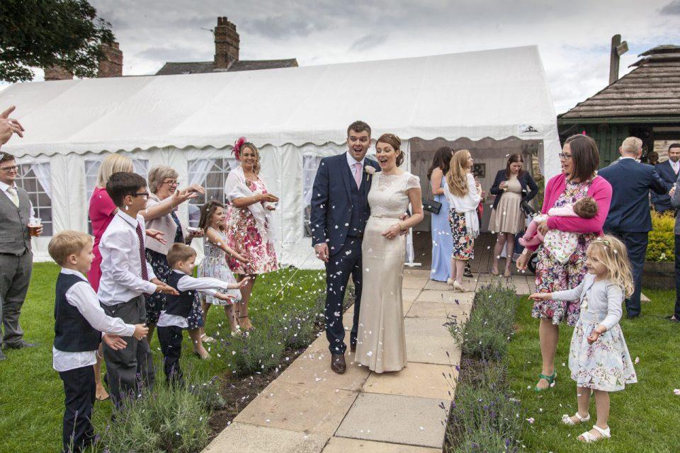 Jak udekorować namiot weselny?